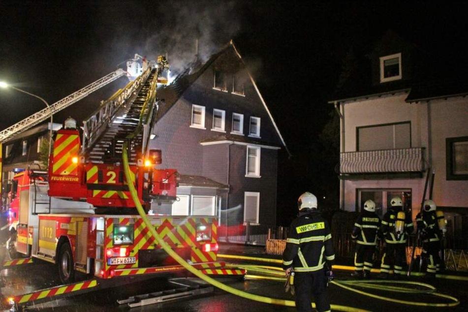 Nachdem die Feuerwehr den Brand unter Kontrolle hatte, konnte die Bewohnerin nur noch tot geborgen werden.