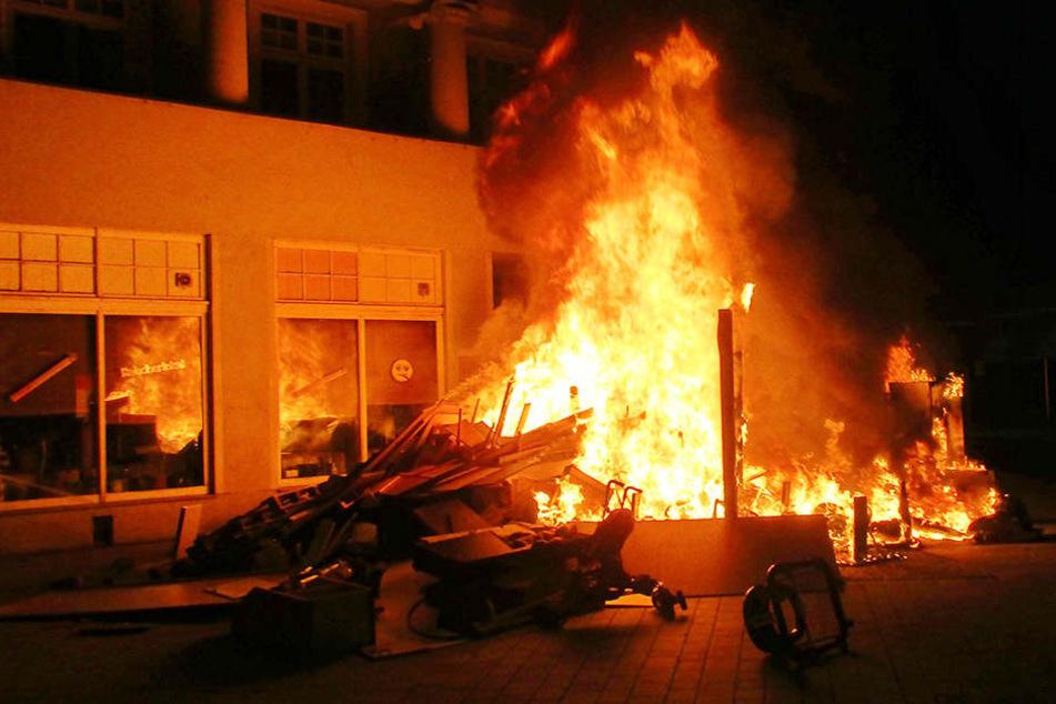 """Die Feuerwehr konnte den Brand vor dem """"Raucherlokal"""" zügig löschen."""