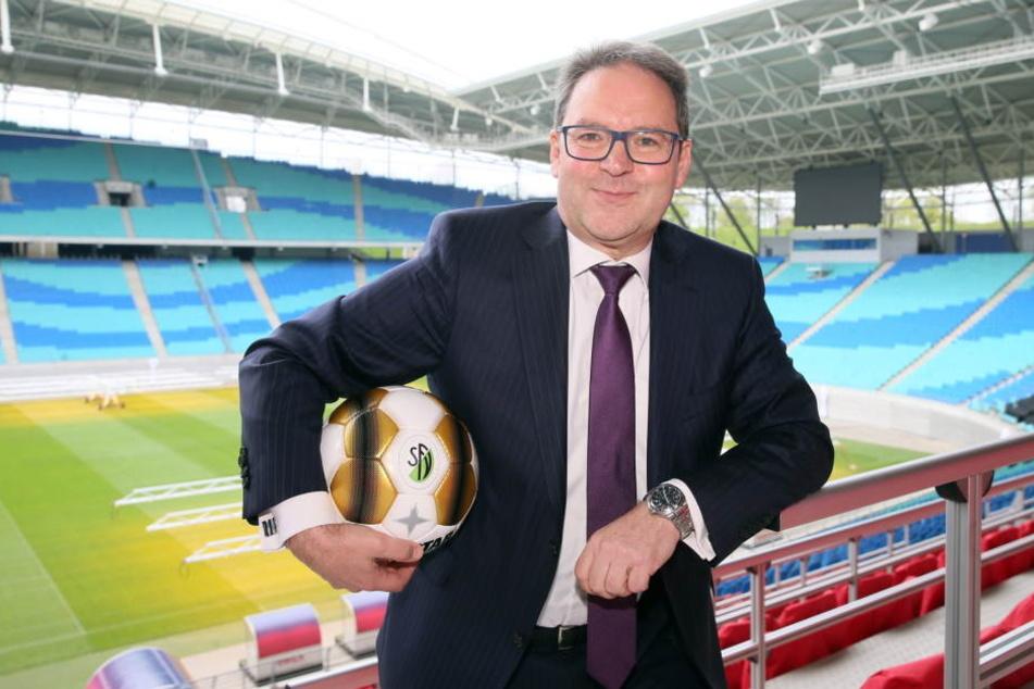 Der Präsident des Sächsischen Fußballverbands, Hermann Winkler, fordert Stadion-Leinwände für Zuschauer, falls es zum Videobeweis kommt.