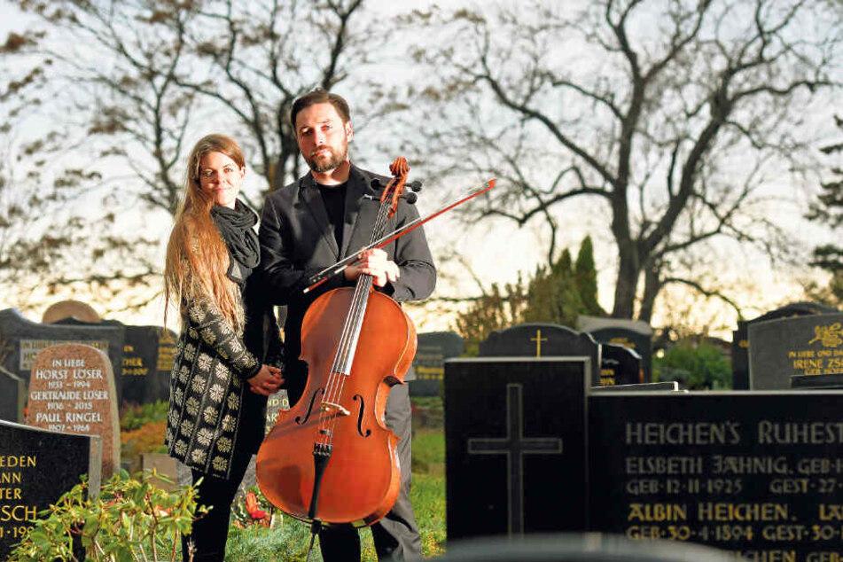 Takt ist ihr Geschäft - in jeder Hinsicht! Die Trauermusiker Janina (32) und Christopher Uschner (36) auf dem Friedhof in Reichenberg.