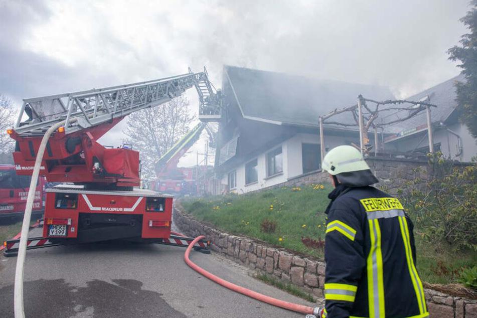 Die Einsatzkräfte der Feuerwehr sind derzeit noch mit den Löscharbeiten beschäftigt.