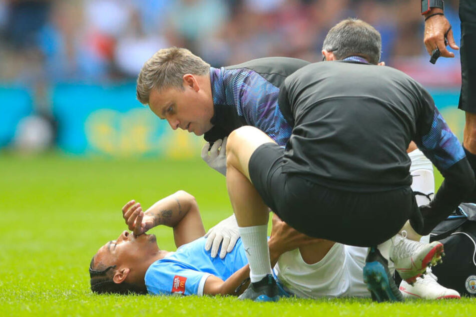 Leroy Sané verletzte sich am Sonntag im englischen Supercup gegen den FC Liverpool schwer, verdrehte sich das Knie und riss sich das Außenkreuzband an.