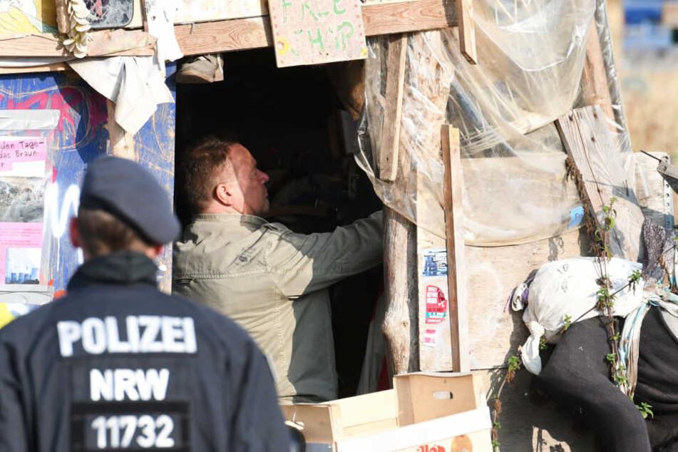 Polizisten durchsuchten das Camp im Hambacher Forst.