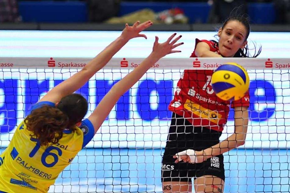 Ivana Mrdak (r.) machte fünf Blockpunkte und avancierte mit insgesamt 18 Punkten zur Dresdner Topscorerin.