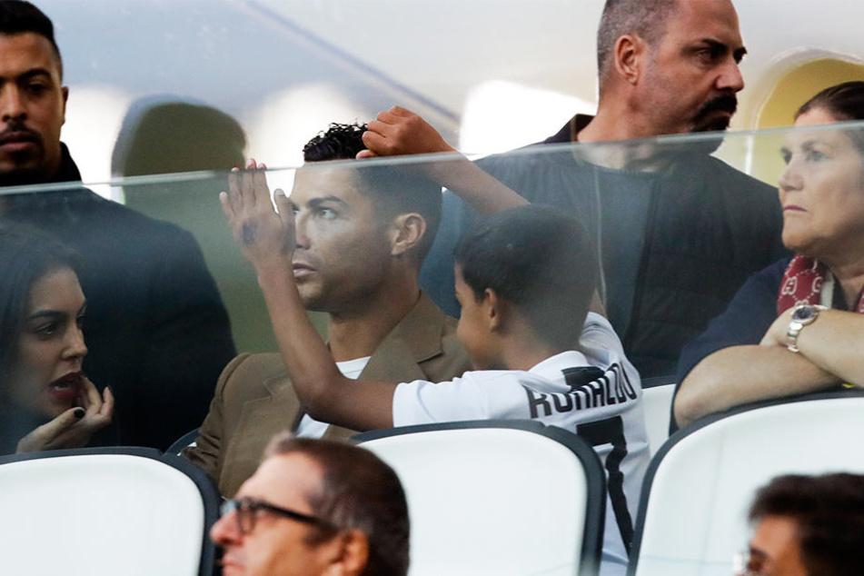 Juventus Stürmer Cristiano Ronaldo (Mitte l), seine Freundin Georgina (l.), sein Sohn Cristiano junior (Mitte r.) und seine Mutter Dolores Aveiro (r.) verfolgten Juves Champions-League-Sieg auf der Tribüne.
