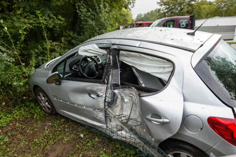Das Fahrzeug krachte erst gegen eine Betonmauer und landete dann in einem Gebüsch.