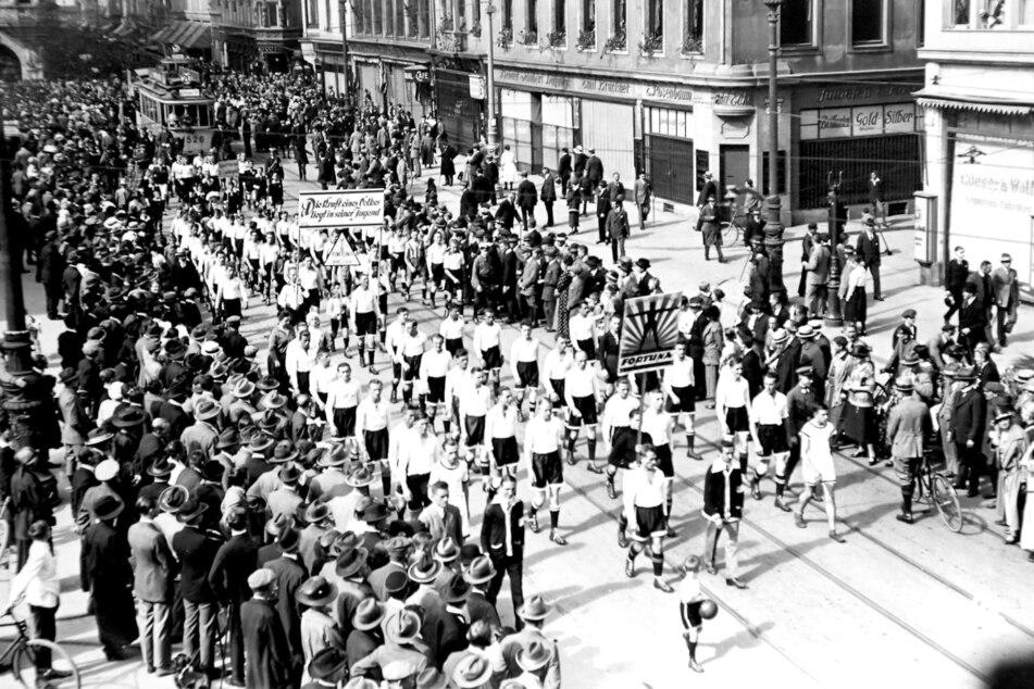Im Mai 1923 eröffneten Dresdner Vereine die neue Ilgen-Kampfbahn, das heutige Rudolf-Harbig-Stadion. Darunter auch zahlreiche Fußballer zogen in einer Art Sternmarsch zur neuen Arena.