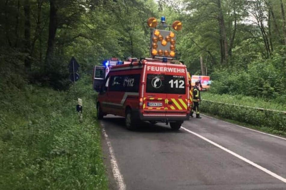 Einsatzkräfte der Feuerwehr und Polizei sperrten den Unfallort ab.