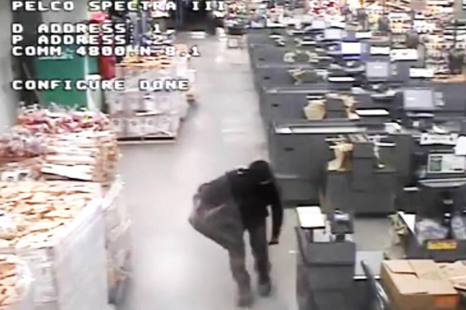 Der Einbrecher lief nachts durch den Markt.