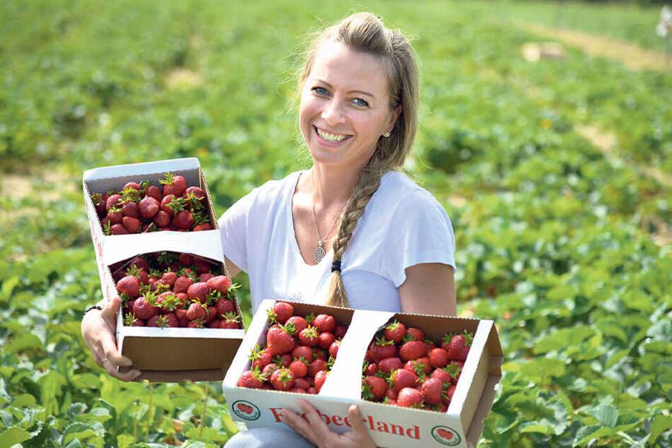 Bianca Scholz (34) zeigt die leckeren Früchte im Fruchthof Hammer in Lichtenau.