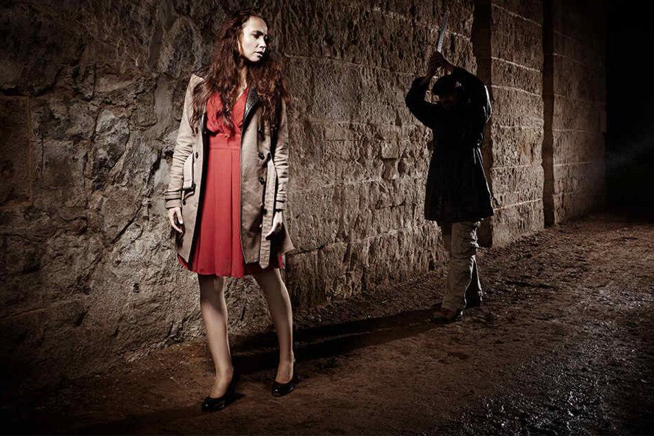 Mann verfolgt junge Frau mit Pfefferspray und raubt sie brutal aus