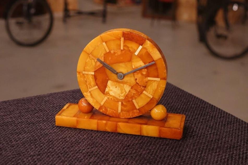 """Diese Bernstein-Uhr steht bei """"Bares für Rares"""" zum Verkauf."""