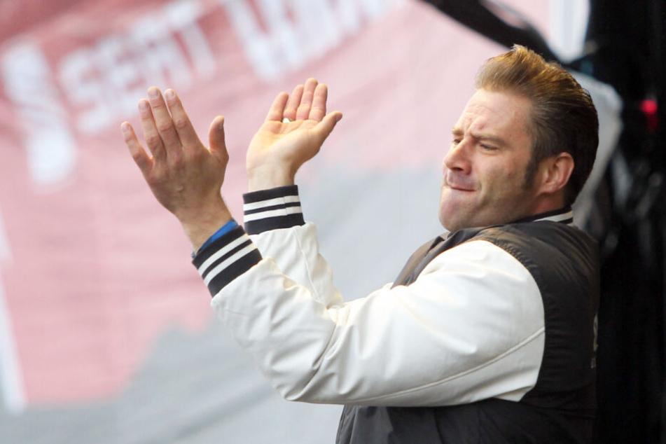 Sänger Sasha klatscht bei einem seiner Auftritte.