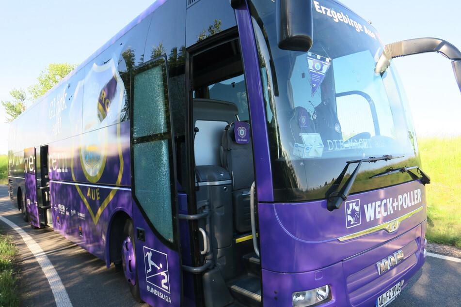 Der Mannschaftsbus von Erzgebirge Aue wurde bei dem Unfall beschädigt.