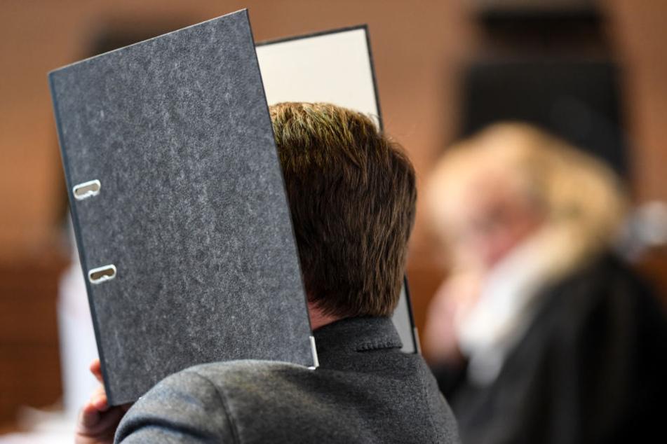 Der wegen Kindesmissbrauchs Angeklagte Knut S. wird von einem Justizbeamten in einen Saal des Landgerichts geführt. Heute wird über ihn das Urteil gesprochen.