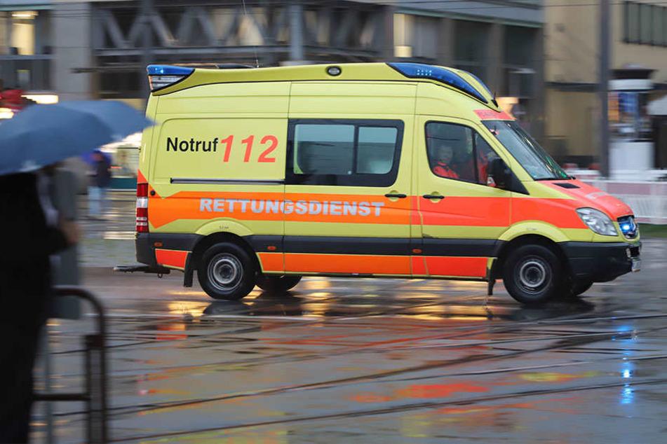 Rettungswagen erfasst im Einsatz Fußgängerin: Schwer verletzt