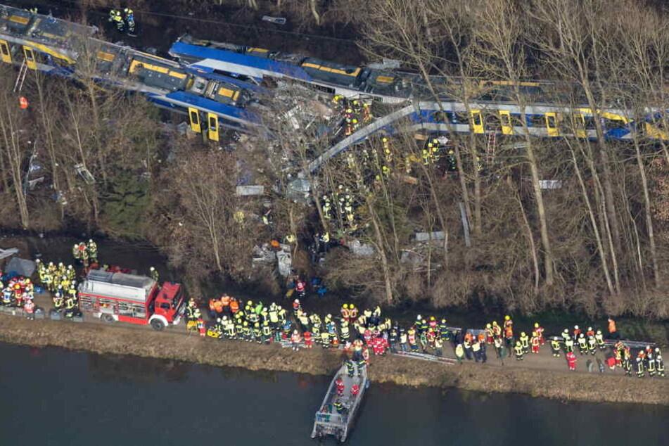 Nach dem verheerenden Zugunglück von Bad Aibling mit zwölf Toten ist der Fahrdienstleiter zu dreieinhalb Jahren Haft verurteilt worden.