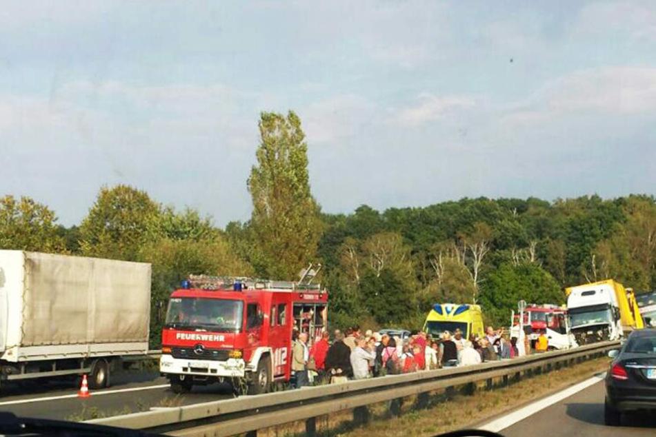Die Reisepassagiere standen geschockt auf der Autobahn.