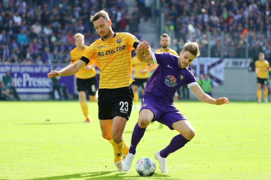 FC Erzgebirge Aues Angreifer Philipp Zulechner (r.) im Zweikampf mit dem Dresdner Florian Ballas.