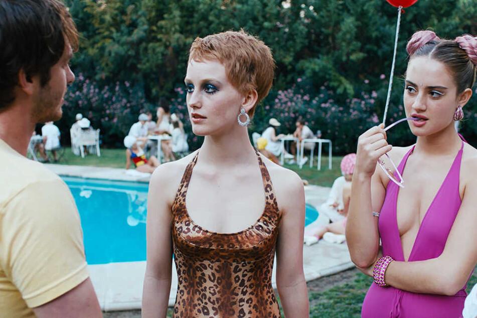 Sam (Andrew Garfield) mit zwei Shooting-Stars (India Menuez und Sydney Sweeney) auf einer Hollywood-Party.