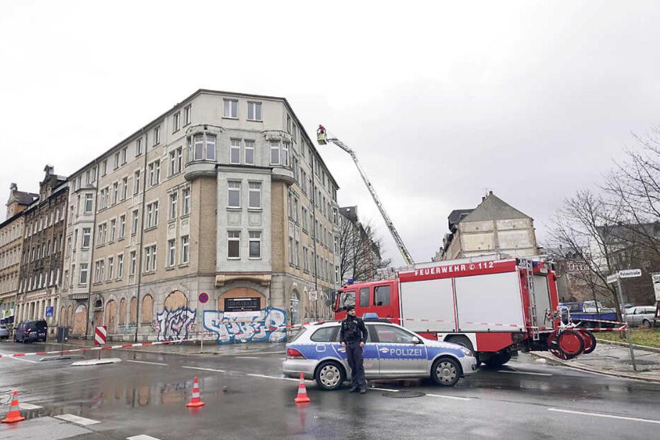 In Chemnitz musste ein Dach vor dem Fall gesichert werden.