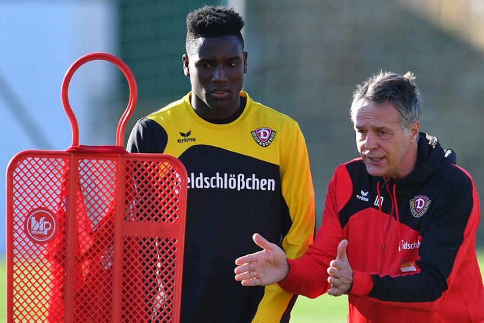 So geht's! Coach Uwe Neuhaus (r.) erklärt Peniel Mlapa die anstehende Übung.