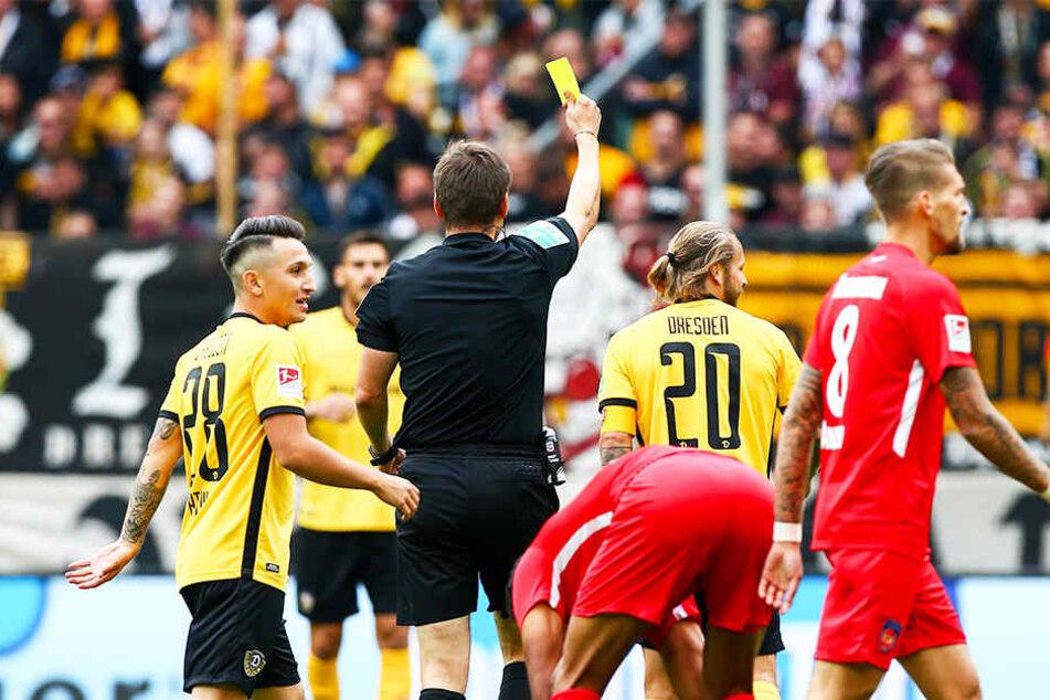 Schiri Frank Willenborg zeigt Patrick Ebert im Spiel gegen den 1. FC Heidenheim Gelb.