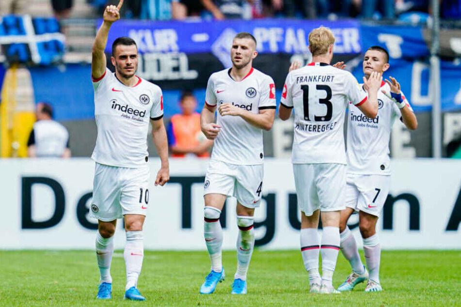 Filip Kostic (li.) freut sich mit den Kollegen über seinen Treffer zum 2:2.