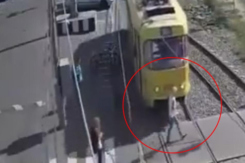 Weil sie nur auf ihr Handy glotzte: Frau wird von Straßenbahn erfasst und verliert Bein