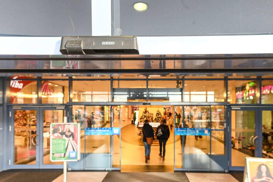 Ein Videosystem über dem Eingang des Shopping-Centers zählt die Besucher - im Elbepark sind es an Advents-Samstagen bis zu 52.000 pro Tag.