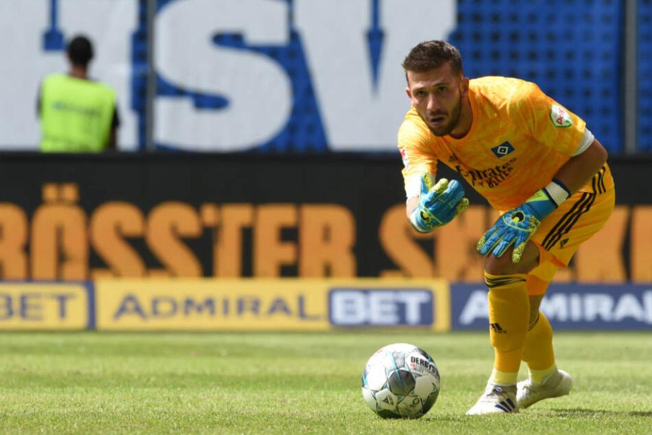 HSV-Torwart Daniel Heuer Fernandes rollt den Ball zu einem Mitspieler.