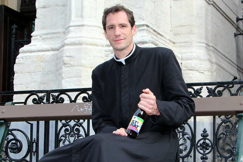 50.000 Flaschen Bier hat der Pfarrer brauen lassen. Vom Erlös will er die neu-gotische Kirche renovieren lassen.