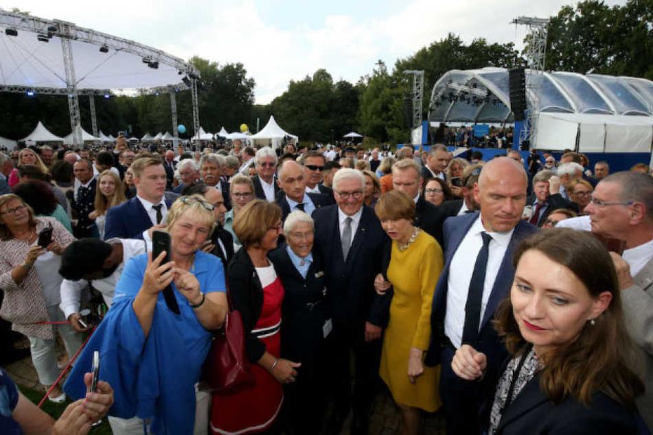 Bundespräsident Frank-Walter Steinmeier (62) und seine Frau Elke Büdenbender (56) beim Bad in der Menge.