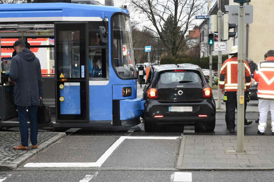 Die Tram schob das Auto mehrere Meter über die Straße.