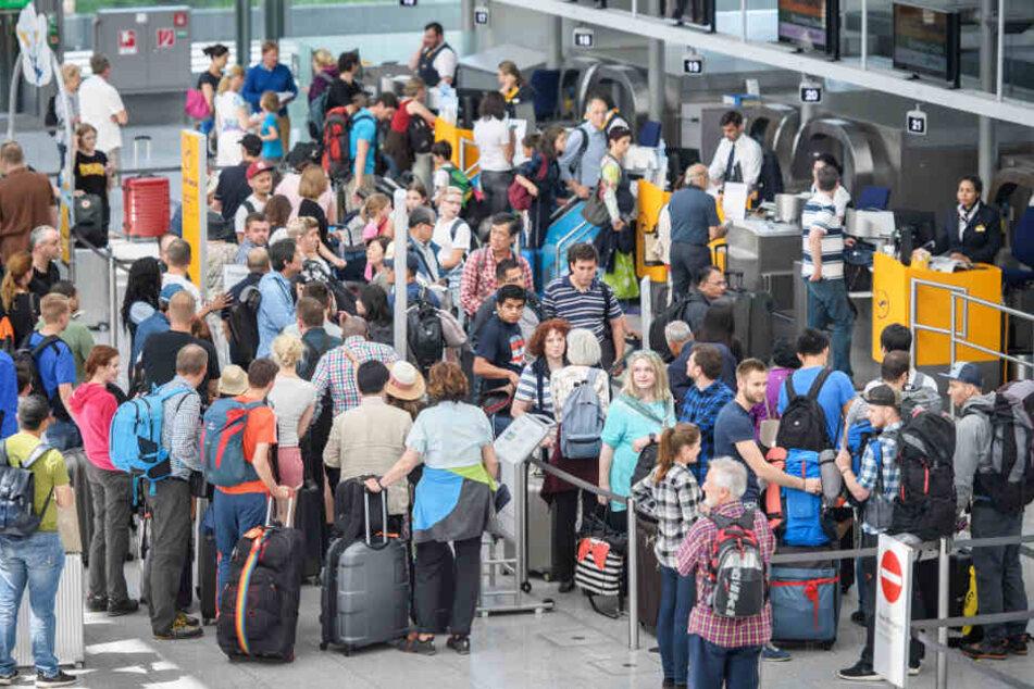 Viele Menschen planen in Bayern zudem eine Urlaubsreise mit dem Flugzeug. (Symbolbild)