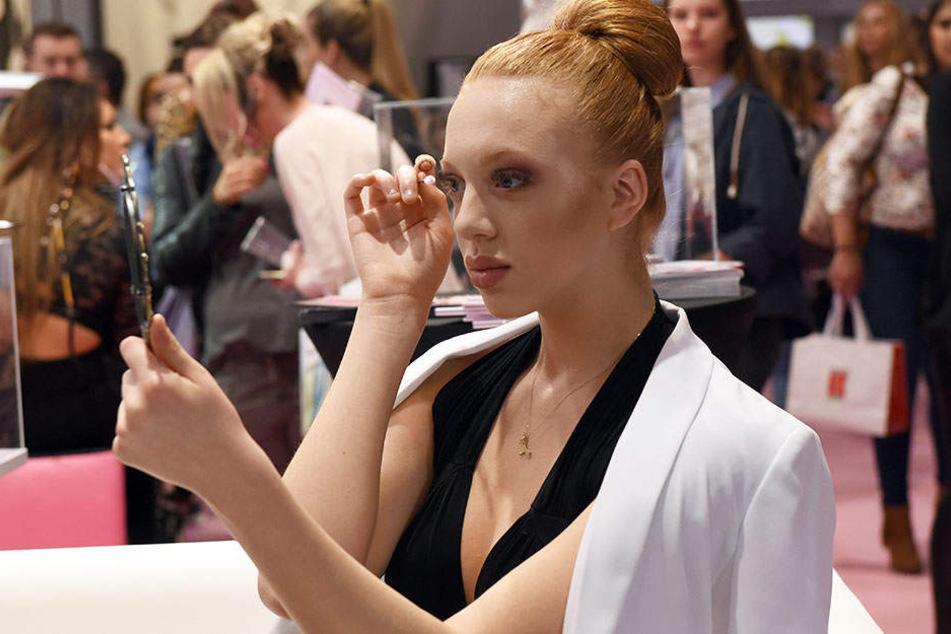 Anna Ermakova (18) in Düsseldorf auf der Kosmetik- und Wellnessmesse.