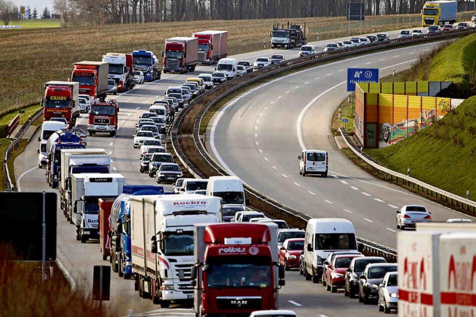 Verstopfte Autobahnen - die wohl nervigste Begleiterscheinung für Berufspendler.