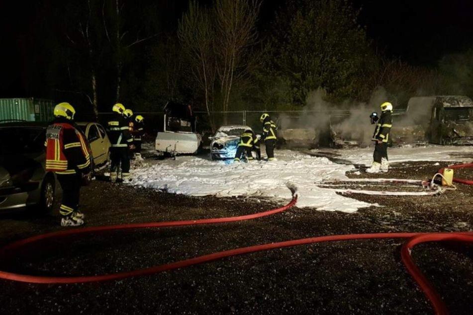 Die Feuerwehrmänner aus Taucha löschten mit Schaum den Brandherd.