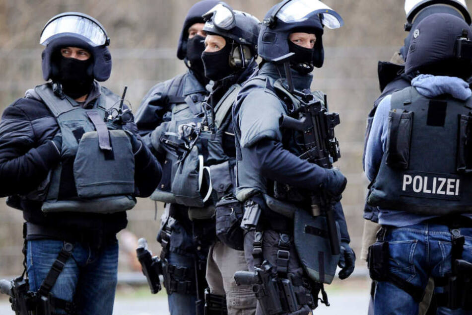 Der Pulk um die Polizisten rückte immer näher (Symbolfoto).