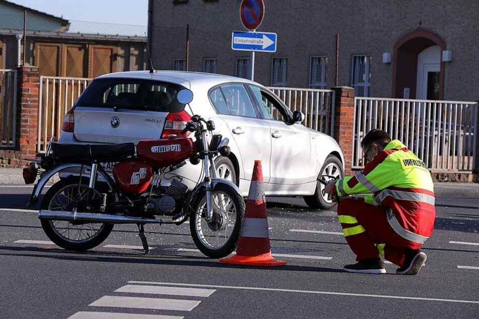 Ein Mitarbeiter der Unfallforschung macht Aufnahmen von der Unfallstelle.