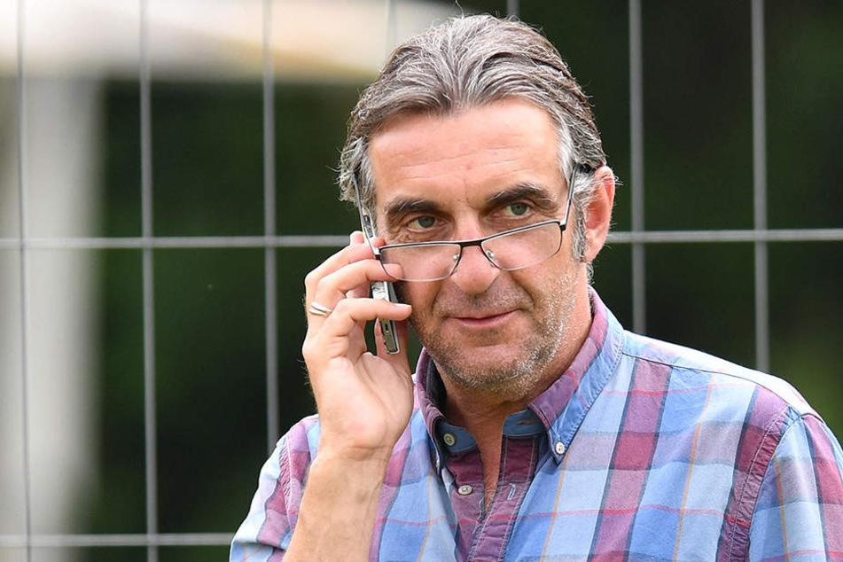 Ein völlig entspannter Dynamo-Sportdirektor am Handy: Ralf Minge kann zufrieden sein. Seine Dresdner sind Sechster.