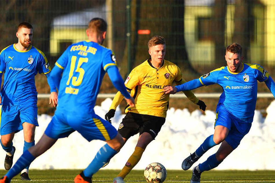 Dribbelstark: Dynamos Neuling Dzenis Burnic (2.v.r.) nahm es gegen CZ Jena gleich mit drei Gegner auf. Nun will er auch in Hamburg auflaufen.