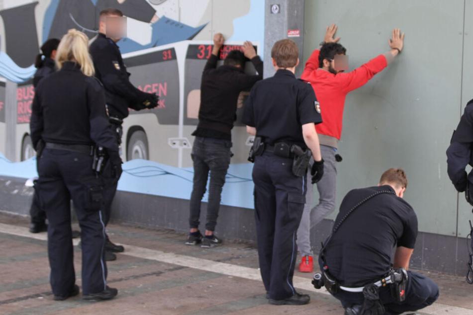 Nach zwei Raubüberfällen: Polizei schnappt bewaffnete Täter auf der Flucht