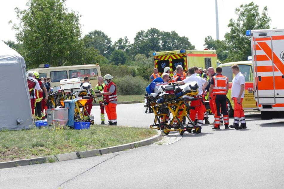 Rettungskräfte kümmern sich um die Verletzten.