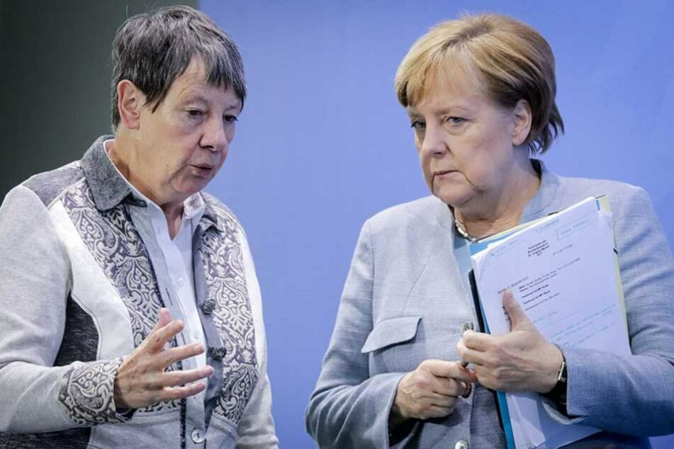 Angela Merkel im Gespräch mit Umweltministerin Barbara Hendricks (SPD).