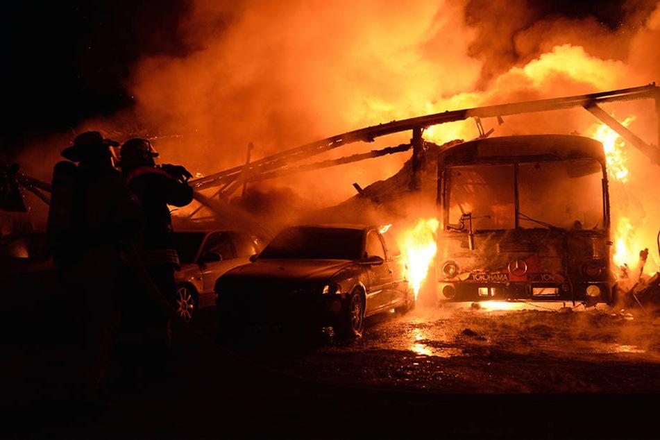 Ein Bus ist in Thailand aus noch ungeklärter Ursache vollständig ausgebrannt. (Symbolbild)