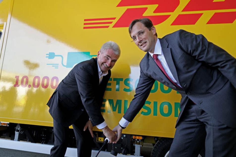 NRW-Wirtschaftsminister Andreas Pinkwart (l) und Post-Konzernvorstand Tobias Meyer posieren am Freitag vor einem Streetscooter.