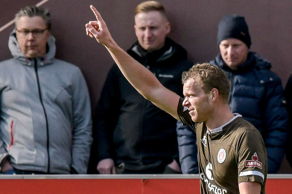 St.-Pauli-Stürmer Henk Veerman jubelt über seinen Treffer zum 1:0.