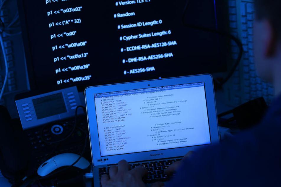 Rechner mit Computer-Quellcode auf dem Bildschirm.