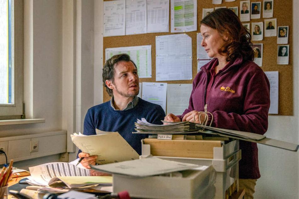 Mit Hilfe von Chefin Maria Baumbauer (Lina Wendel, 54) durchleuchtet Sebastian Bootz (Felix Klare, 40) die Akten des Pflegedienstes Elvira.